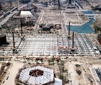 お祭り広場などの大屋根(中央)や各パビリオンの建設が進む万国博会場=大阪府吹田市で1969年5月