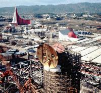 「黄金の顔」が取り付けられた太陽の塔(手前)=1969年11月18日