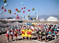 風船を飛ばす万国博協会や各パビリオンのホステスら=1969年11月29日