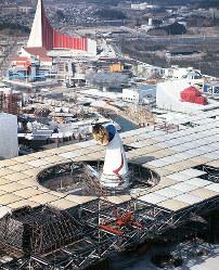 建設中の大屋根から顔を出す太陽の塔。左奥はソ連館=1970年1月