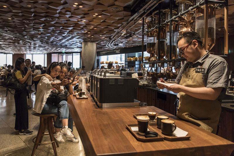 若い女性を中心にコーヒー消費が増えている(Bloomberg)