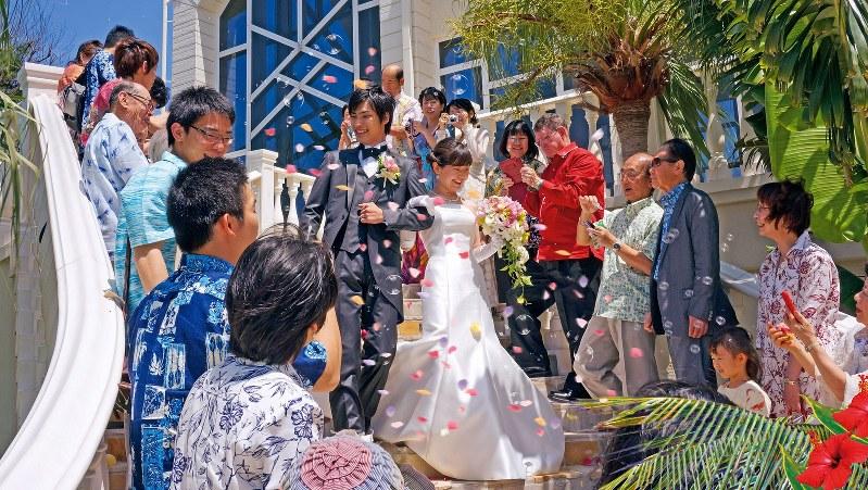 「かりゆしウエア」で2人をお祝い=沖縄県衣類縫製品工業組合提供