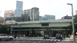 東京・日本橋。橋の上を首都高の道路が走っている=位川一郎撮影