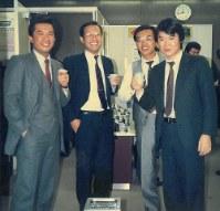初任地の日比谷支店の同僚たちと(右が中田社長)=1980年代後半、本人提供