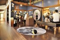 職員が手作りした月をテーマにした展示室=東京都三鷹市で2018年8月18日、塩田彩撮影