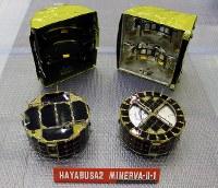 双子の着陸機「ミネルバ2の1」の2台。右側は内部の熱を放出しやすくするため、太陽電池パネルの一部を外している=宇宙航空研究開発機構提供