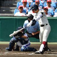 【金足農―大阪桐蔭】一回裏大阪桐蔭2死二、三塁、石川が右中間2点二塁打を放つ=阪神甲子園球場で2018年8月21日、猪飼健史撮影