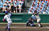 【金足農―大阪桐蔭】一回裏大阪桐蔭2死二、三塁、石川が右中間2点二塁打を放つ(投手・吉田、捕手・菊地亮)=阪神甲子園球場で2018年8月21日、猪飼健史撮影