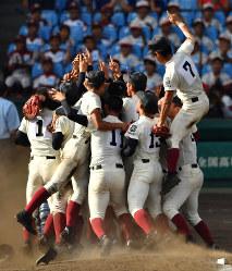 【金足農―大阪桐蔭】優勝し、マウンドで喜び合う大阪桐蔭の選手たち=阪神甲子園球場で2018年8月21日、猪飼健史撮影