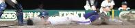 【金足農―大阪桐蔭】七回表金足農1死一塁、菊地亮の二塁打で一塁から高橋が生還=阪神甲子園球場で2018年8月21日、平川義之撮影