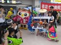 タイガーエア台湾の花巻空港への定期便第1便で到着し、記念撮影する観光客ら=岩手県花巻市で2018年8月1日午後5時56分(岩手県提供)