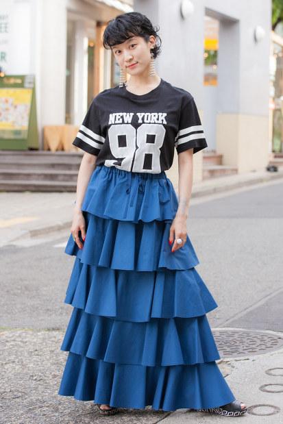 ティアードスカートをはいた女性=日本ファッション協会提供