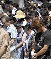 終戦記念日の正午に合わせて黙とうする人たち=東京都千代田区の靖国神社で2018年8月15日正午、藤井達也撮影