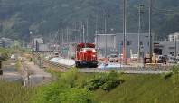 A diesel-electric locomotive runs on the tracks of the JR Yamada Line as part of a test run ahead of resuming train service between Miyako and Kamaishi stations halted after the March 2011 tsunami, in Kamaishi, Iwate Prefecture, on Aug. 21, 2018. (Mainichi)
