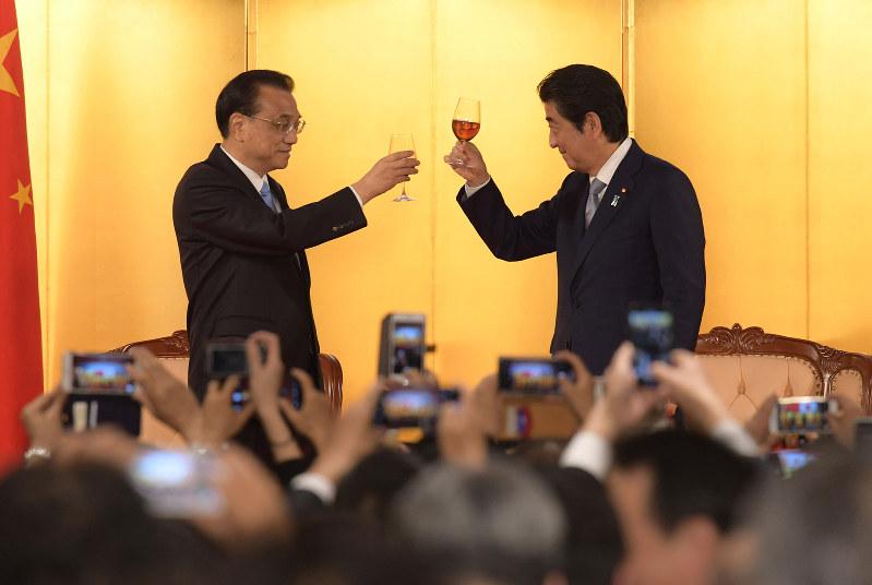 日中平和友好条約締結40周年記念・李首相歓迎レセプションで乾杯する中国の李克強首相(左)と安倍晋三首相(5月10日)