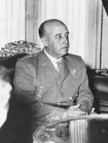 スペイン:死後43年、フランコ総...
