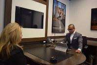 「ピュアポイント」の旗艦店では、来店客が個室に招かれ、座開設などの説明を受ける=米ニューヨークで、清水憲司撮影