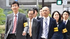 新入社員が過労自殺し労災認定された問題で電通本社に立ち入り調査に入る東京労働局の職員=東京都港区で2016年10月14日