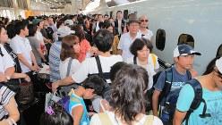 帰省客で混雑する新幹線の下り線ホーム=JR新大阪駅で2018年8月11日