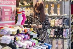 景気拡大でも税収がそれほど伸びなければ、消費増税は避けられない……(東京・原宿)(Bloomberg)