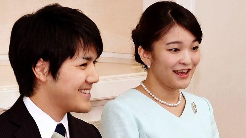 秋篠宮家の長女・眞子さまと小室圭さん=2017年9月3日、婚約内定の記者会見で(代表撮影)