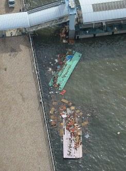 台風20号の影響で沈んだ屋形船=神戸市中央区で2018年8月24日午前8時4分、本社ヘリから加古信志撮影
