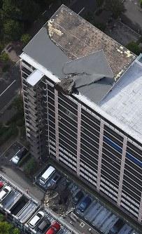 屋根のウレタン材が吹き飛ばされ、落下したマンション=兵庫県西宮市で2018年8月24日午前7時54分、本社ヘリから加古信志撮影