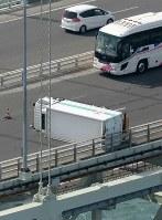 明石海峡大橋で横転したトラック=兵庫県淡路市で2018年8月24日午前8時23分、本社ヘリから加古信志撮影