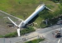 倒壊した風力発電用の風車=兵庫県淡路市で2018年8月24日午前8時半、本社ヘリから加古信志撮影