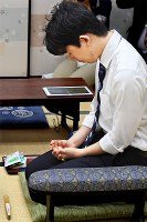 将棋棋聖戦1次予選で、対局前に目を閉じて集中する藤井聡太七段=大阪市福島区で2018年8月24日午前9時40分、山崎一輝撮影