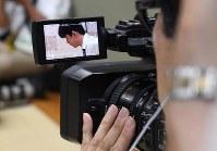 多くのメディアが集まった将棋棋聖戦1次予選で、ビデオカメラに映る藤井聡太七段=大阪市福島区で2018年8月24日午前9時41分、山崎一輝撮影