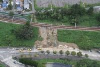 台風20号でのり面が流された神戸電鉄有馬線の線路=神戸市北区で2018年8月24日午前11時25分、本社ヘリから加古信志撮影