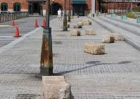 押し寄せた高波に押されて最大約3メートルも移動した神戸ハーバーランドの石製ベンチ=神戸市中央区東川崎町1で2018年8月24日午前9時50分、望月靖祥撮影