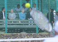 思い出のテニスコートを訪問し、テニスを見学される天皇、皇后両陛下=長野県軽井沢町で2018年8月25日午前11時8分、手塚耕一郎撮影