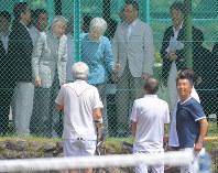 思い出のテニスコートを訪問し、談笑される天皇、皇后両陛下=長野県軽井沢町で2018年8月25日午前11時12分、手塚耕一郎撮影