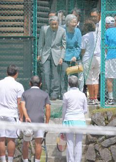 思い出のテニスコートを訪問し、談笑される天皇、皇后両陛下=長野県軽井沢町の軽井沢会テニスコートで2018年8月25日午前11時18分、手塚耕一郎撮影