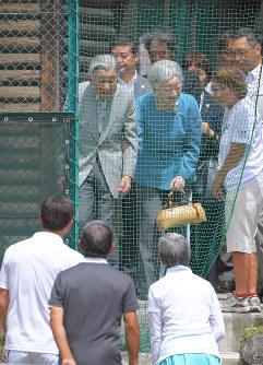 思い出のテニスコートを訪問し、談笑される天皇、皇后両陛下=長野県軽井沢町で2018年8月25日午前11時18分、手塚耕一郎撮影