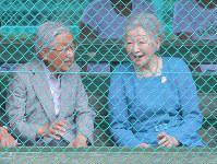 思い出のテニスコートを訪問し、見学しながら談笑される天皇、皇后両陛下=長野県軽井沢町で2018年8月25日午前11時10分、手塚耕一郎撮影