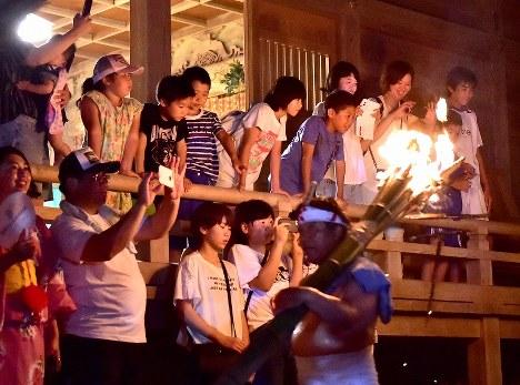 初めて「麓山の火祭り」を見る子どもたちの目は輝いていた=福島県富岡町の麓山神社で2018年8月15日、竹内紀臣撮影