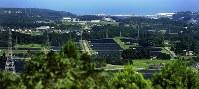 麓山の山頂から見た富岡町内。太陽光パネルが並び景色が変わったという=福島県富岡町で2018年8月11日、竹内紀臣撮影