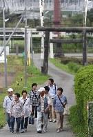 8年ぶりの「麓山の火祭り」に向かう人たち=福島県富岡町の麓山神社で2018年8月15日、竹内紀臣撮影