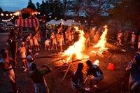 麓山の火祭りでたいまつに火を付ける人たち=福島県富岡町の麓山神社で2018年8月15日、竹内紀臣撮影