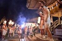 汗だくなって山から下りてきた氏子たち=福島県富岡町の麓山神社で2018年8月15日、竹内紀臣撮影