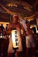 単身赴任先の新潟から駆け付けた遠藤秀さん(左)。青年会OBとして今回は提灯を持って山を駆け上がった=福島県富岡町の麓山神社で2018年8月15日、竹内紀臣撮影
