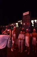 久々の再会を喜び、盆踊りの輪のそばで記念撮影をする人たち=福島県富岡町の麓山神社で2018年8月15日、竹内紀臣撮影