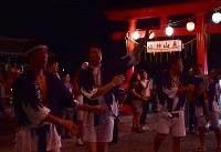 盆踊りの輪に加わり踊る青年会の三瓶大輔さん(中央)ら=福島県富岡町の麓山神社で2018年8月15日、竹内紀臣撮影