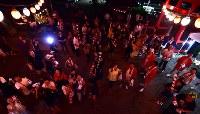 盆踊りが終わり、やぐらに飾られていた「花」が投げられるのを手を伸ばし見上げる人たち=福島県富岡町の麓山神社で2018年8月15日、竹内紀臣撮影