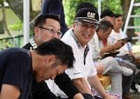 祭り当日、青年会OBと共に準備に加わり、笑顔を見せる氏子総代の坂本寿昭さん(73)=福島県富岡町で2018年8月15日、竹内紀臣撮影