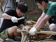 火祭りで担ぐ松明(たいまつ)を作る三瓶晃大さん(左)=福島県富岡町の麓山神社で2018年8月11日、竹内紀臣撮影