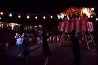 麓山神社盆踊り唄と太鼓、笛の音が響く中、やぐらの周りを輪になって踊る人たち=福島県富岡町の麓山神社で2018年8月15日、竹内紀臣撮影